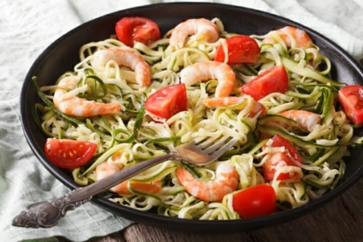 Zucchini pasta with pesto and grilled shrimp natural - Comment cuisiner courgette spaghetti ...